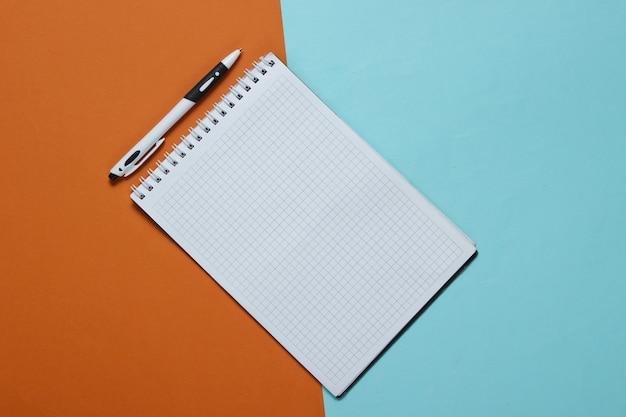 Cahier avec stylo sur papier couleur