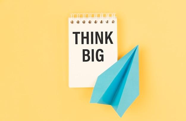 Cahier avec le texte think big, business comcept