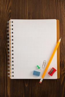 Cahier vérifié sur table en bois
