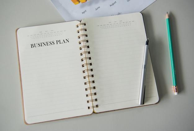 Cahier vide pour écrire le plan d'affaires et les objectifs