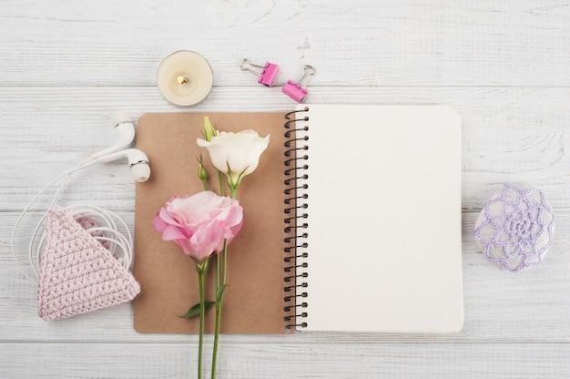 Cahier vierge, crochet rose, écouteurs