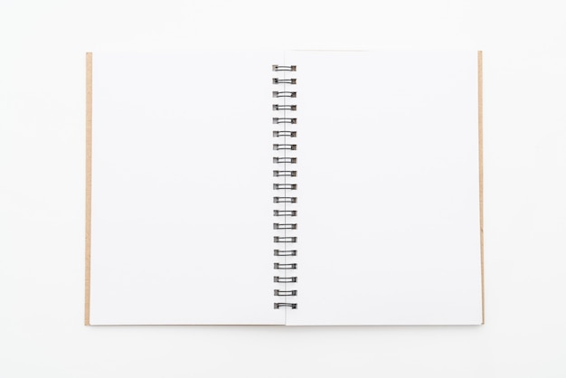 Cahier vierge sur fond blanc