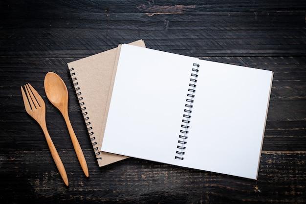 Cahier vierge pour note de texte sur une surface en bois avec copie sapce