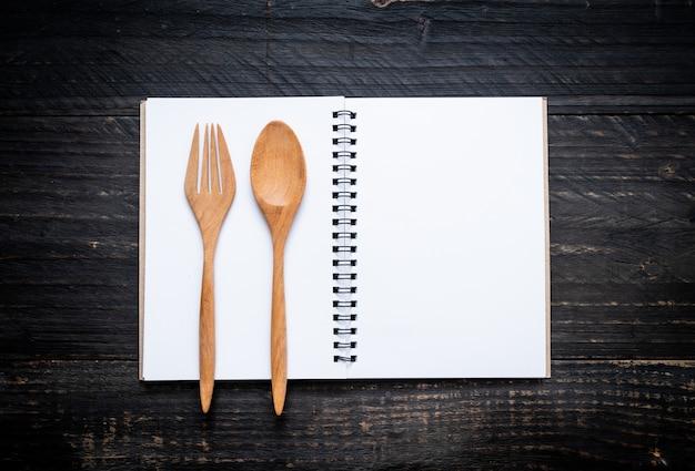 Cahier vierge pour note de texte sur une surface en bois