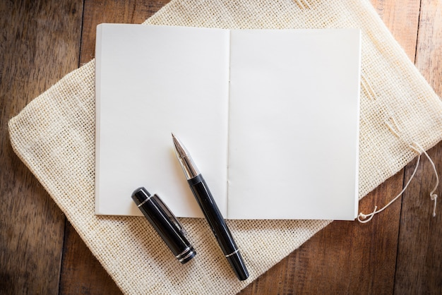 Cahier vierge avec stylo