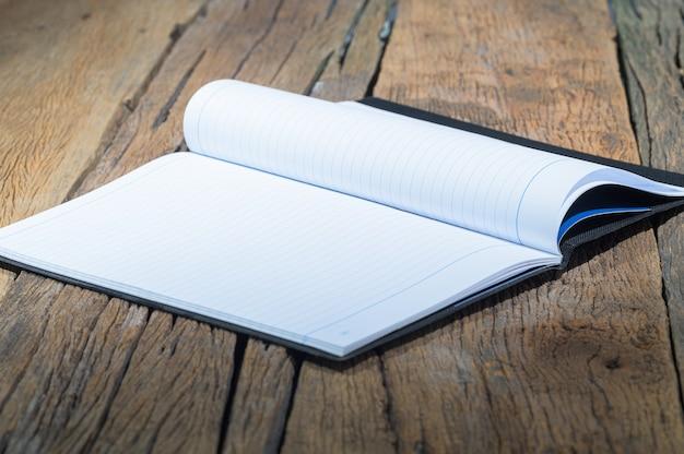 Un cahier vierge sur la table en bois