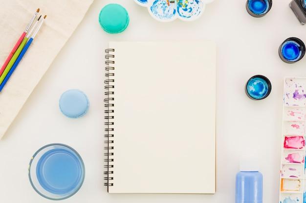 Cahier vue de dessus avec aquarelle