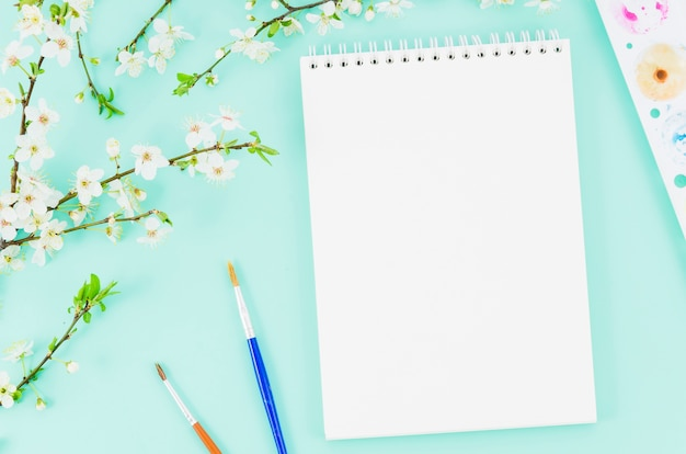 Cahier vue de dessus avec branche de fleur