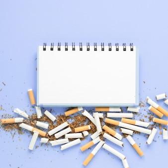 Cahier vue de dessus avec pile de cigarettes
