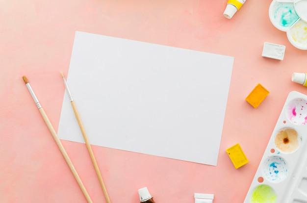 Cahier vue de dessus avec pinceaux et aquarelle