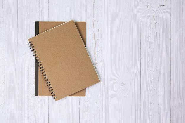 Cahier sur la vue de dessus de table en bois