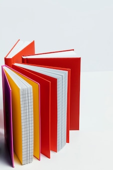 Cahiers avec arrangement de couvertures colorées