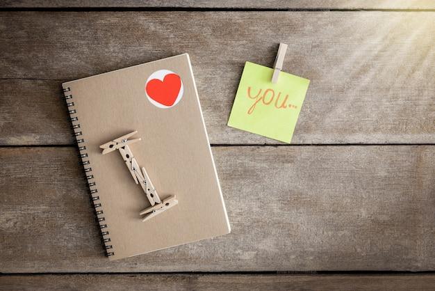 Cahiers, carnets de notes, bloc-notes, classés dans le sens je t'aime