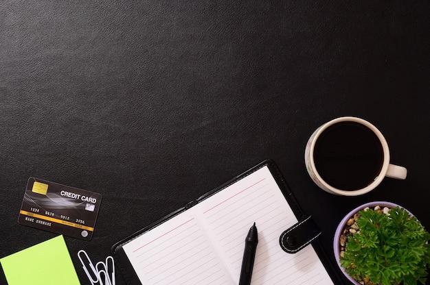 Cahiers, cartes de crédit et tasses à café