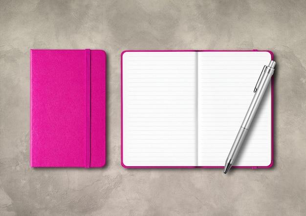 Cahiers lignés fermés et ouverts roses avec un stylo