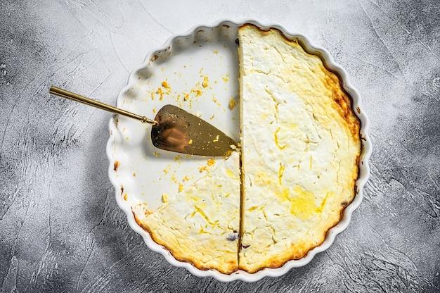 Caillé en cocotte dans un plat allant au four. fond gris. vue de dessus.