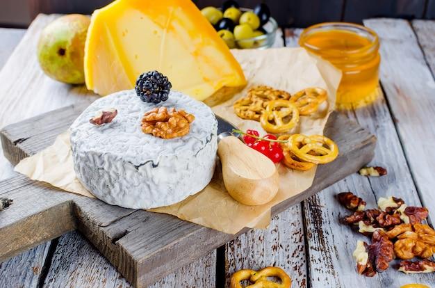Caillé fromage à la moisissure et aux olives. miel et poire