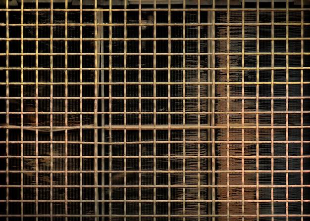 Caillebotis en acier rouillé sur l'ancien radiateur