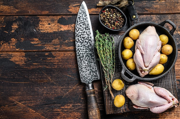 Cailles crues non cuites prêtes à cuire dans une casserole