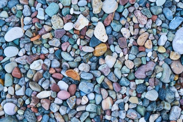 Cailloux colorés sur la plage