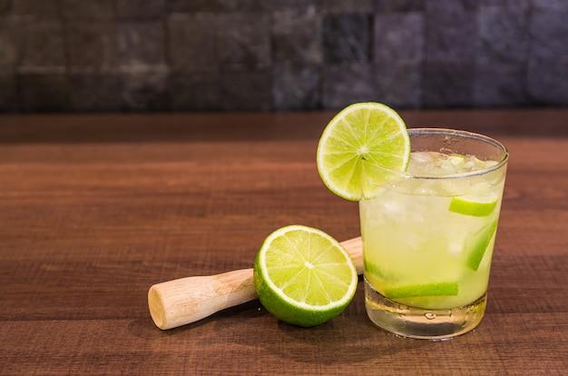 Caipirinha, boisson alcoolisée traditionnelle brésilienne, boisson typique à base de sucre, citron, canne distillée (cachaca) et glace.