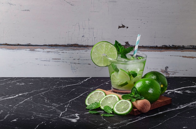 Caipirinha brésilien, cocktail brésilien typique à base de citron, cachaça et sucre.