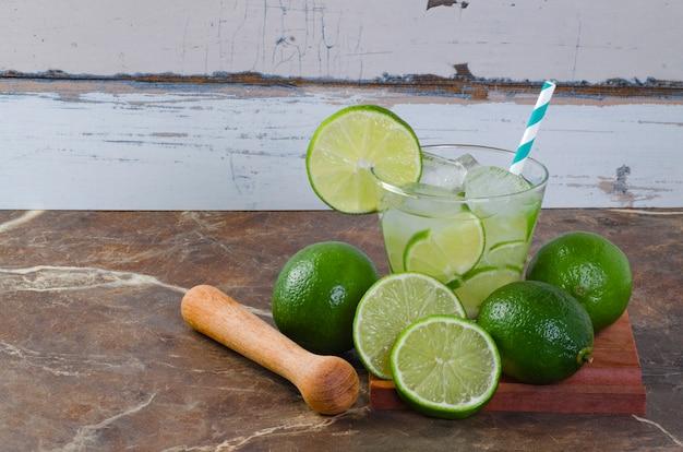 Caipirinha brésilien, cocktail brésilien typique à base de citron, cachaca et sucre.