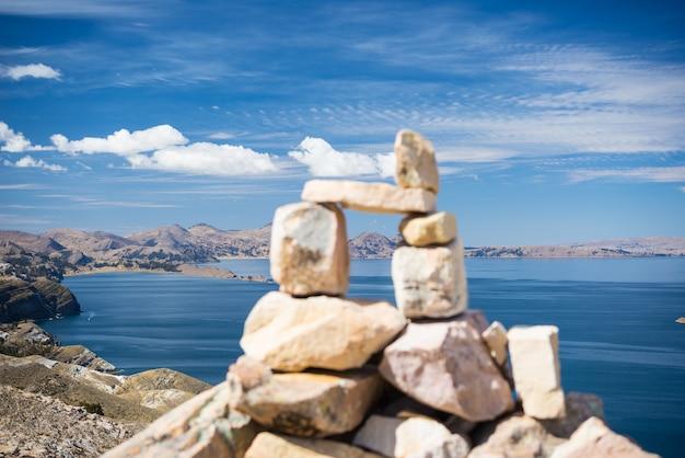 Cairn en pierre avec des paysages spectaculaires sur l'île du soleil, le lac titicaca, l'une des destinations les plus pittoresques de bolivie.