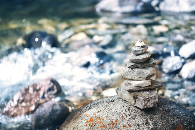Cairn de pierre pyramide près de la rivière, bouddhisme