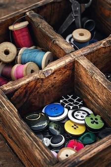 Caisse en bois avec les boutons