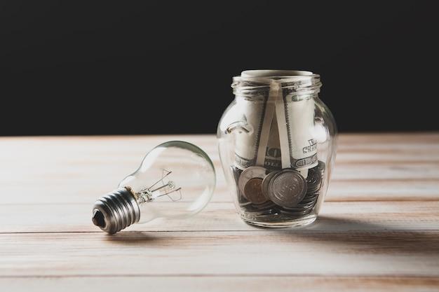 Caisse d'épargne et ampoule