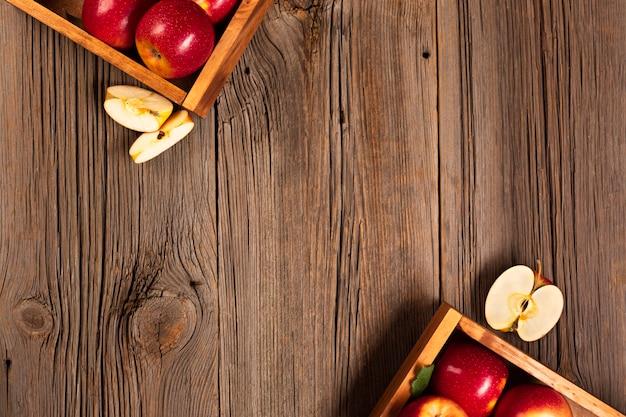 Caisse plate avec des pommes mûres avec fond
