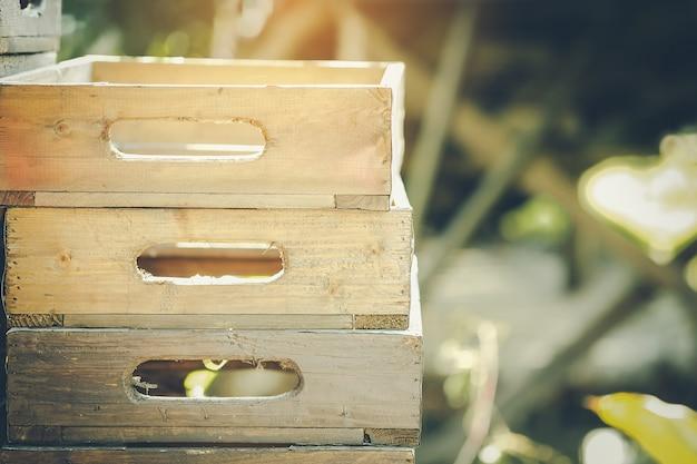 Des caisses en bois vides et la lumière du matin attendant d'être utilisées.