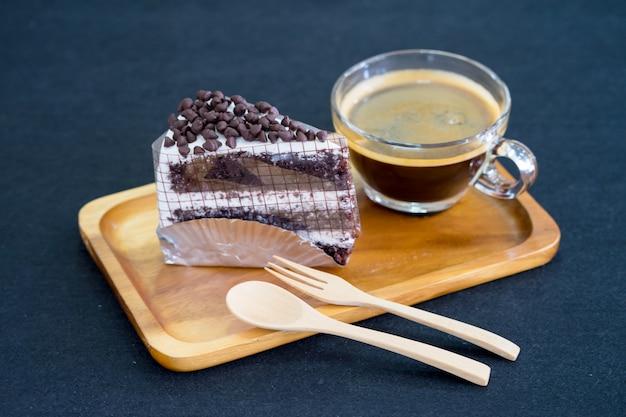 Cake au chocolat sur plaque de bois