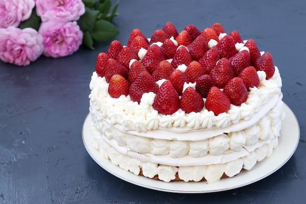 Cake pavlova aux fraises et chantilly