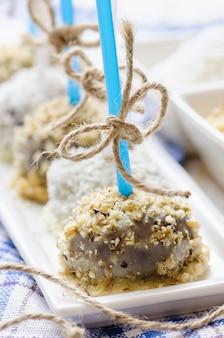 Cakepops au chocolat avec des noix et des flocons de noix de coco
