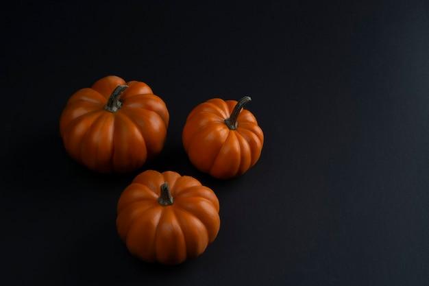 Calabacin ou calabacita de halloween con fondo negro