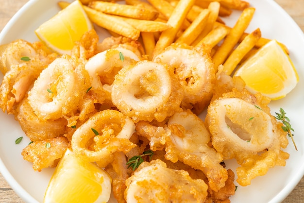 Calamars - calmars ou poulpes frits avec frites