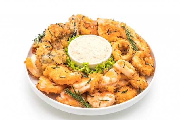 Calamars, crevettes et moules de fruits de mer frits