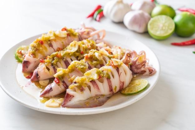 Calamars cuits à la vapeur avec chili épicé et sauce au citron