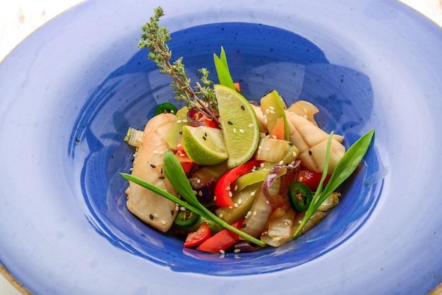 Calamars farcis aux crevettes et riz aux légumes