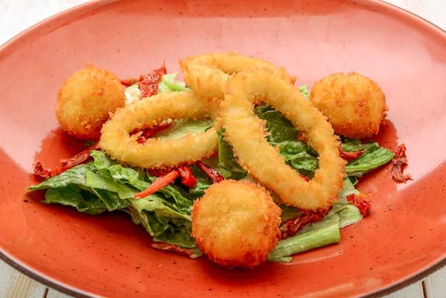 Calamars frits aux anneaux de calmars frits avec salade verte
