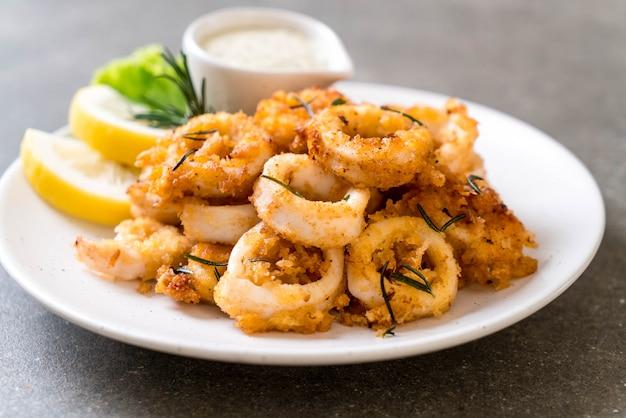 Calamars frits ou poulpe (calamars) avec sauce