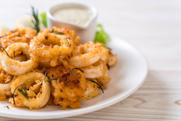 Calamars frits avec sauce