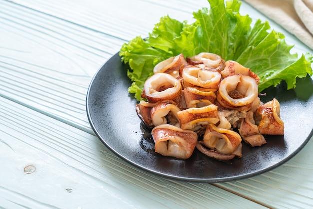 Calamars grillés sur assiette