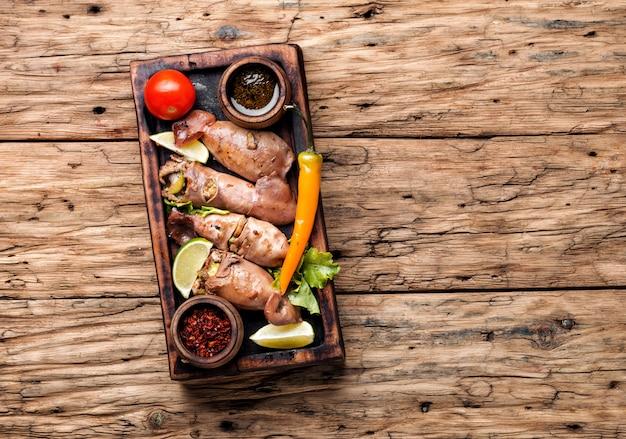 Calamars grillés de noël avec des légumes