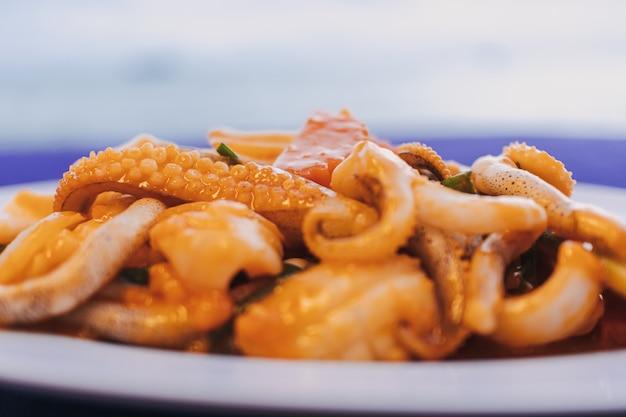 Calamars sautés à la thaï au jaune d'oeuf salé