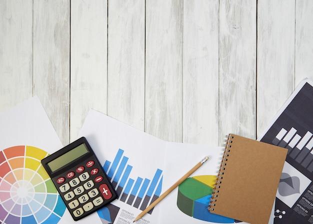 Calculatrice en angle élevé sur les documents sur l'arrière-plan de la table
