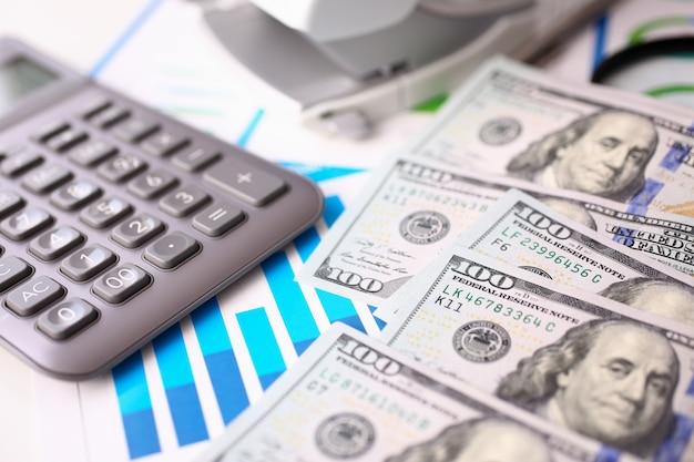 Calculatrice argent avec clavier gris est couchée