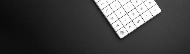 Calculatrice sur bannière de fond sombre